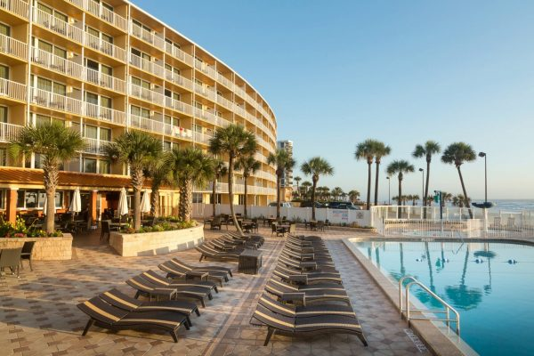 holiday-inn-resort-daytona-beach-oceanfront-pool