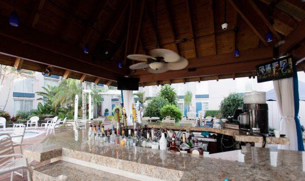 ramada-plaza-fort-lauderdale-outdoor-bar2