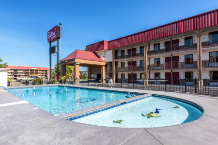 Red Roof Inn & Suites Pigeon Forge featured
